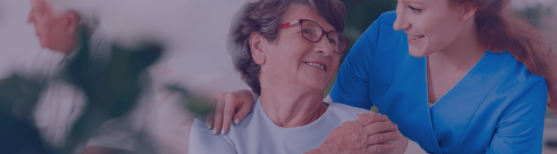 enfermera atendiendo a una persona mayor