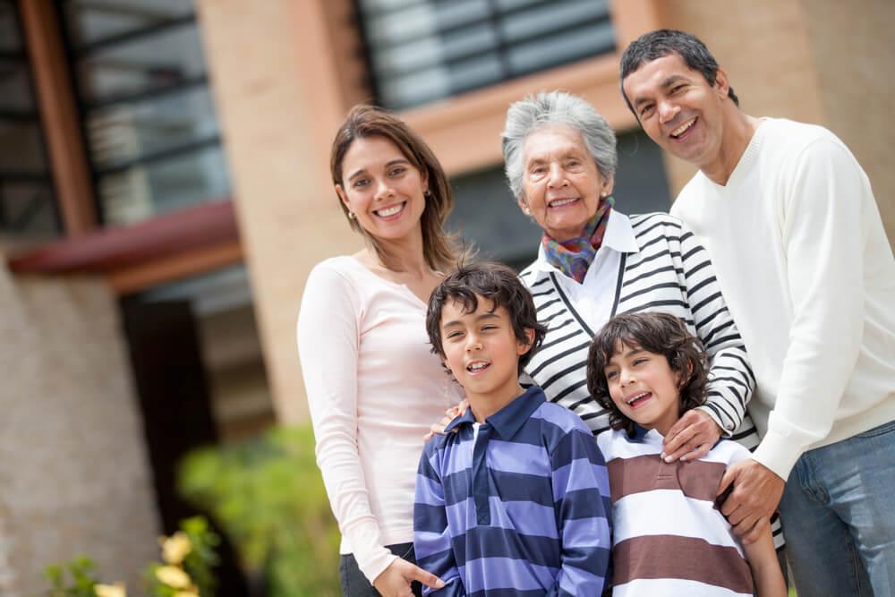 familia feliz con la abuela